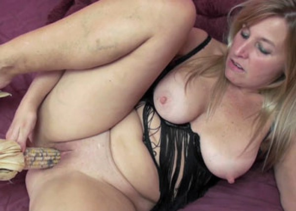 Mature Liisa masturbates with corn
