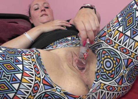 Selena fucks a dildo in her torn leggings